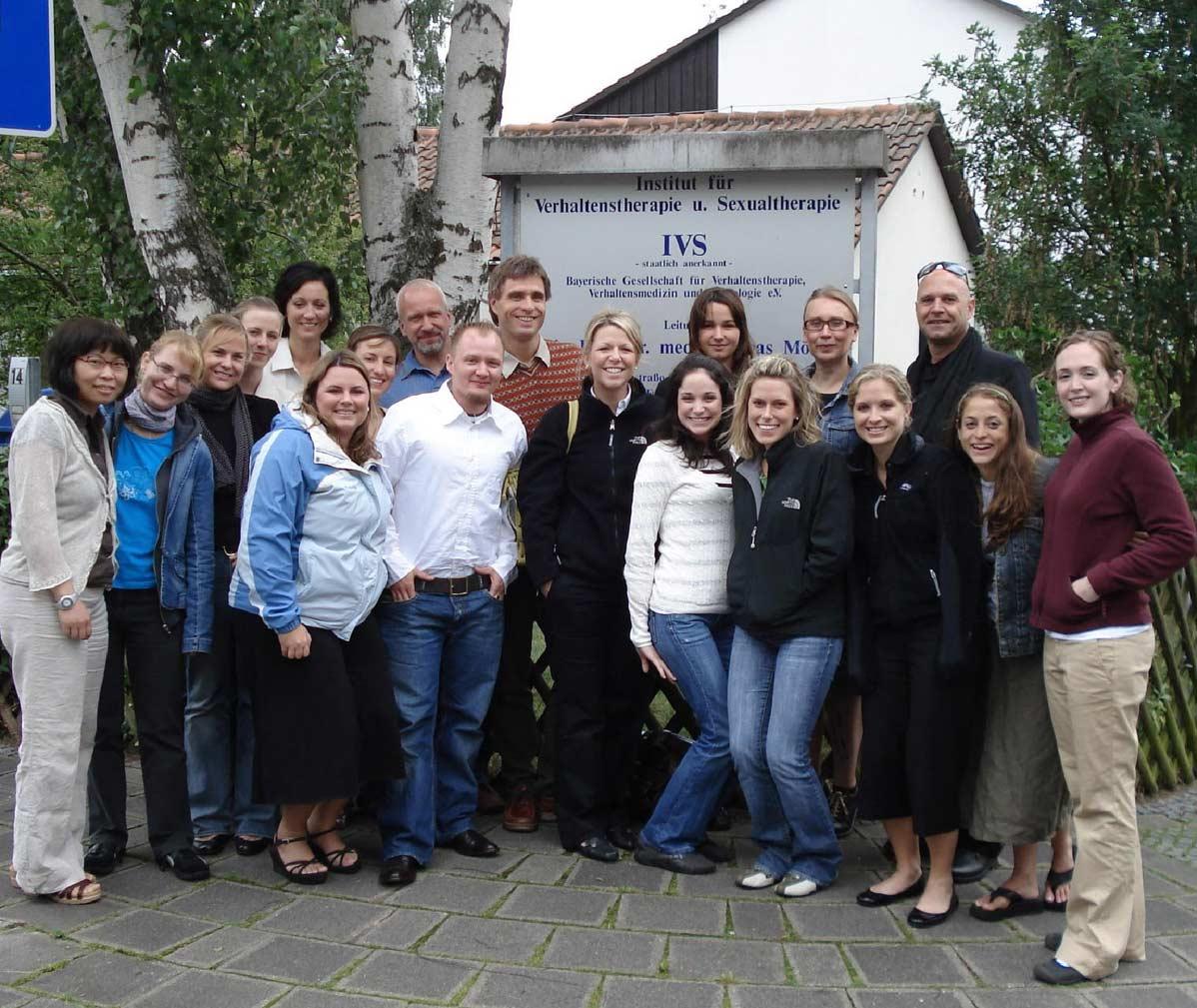 Gruppenbild von Seminarteilnehmern vor den Räumen des IVS