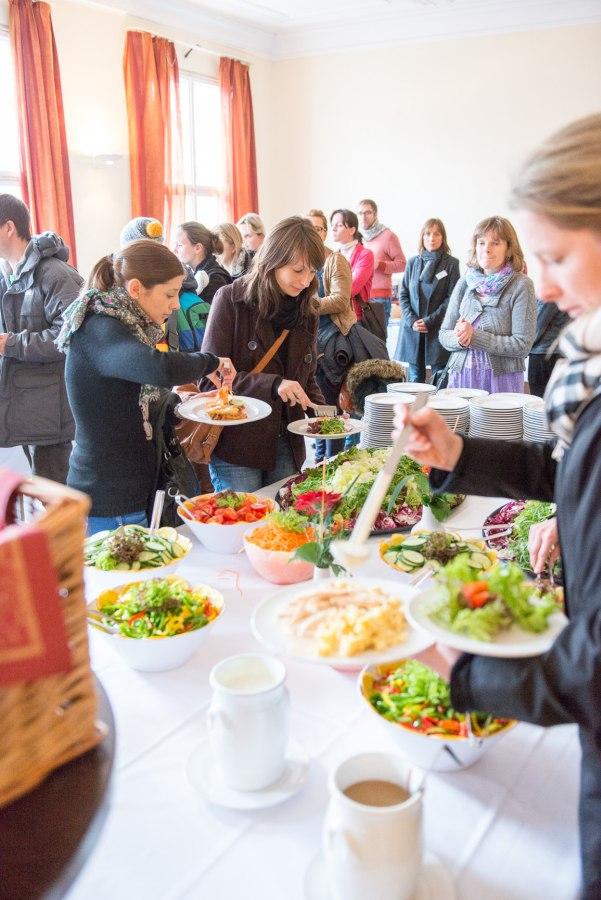 Teilnehmer bedienen sich am Salatbüffet
